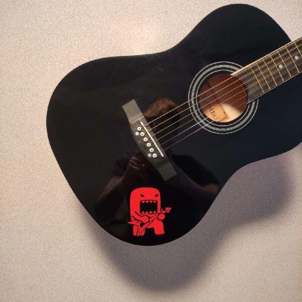 Домо-кун с гитарой