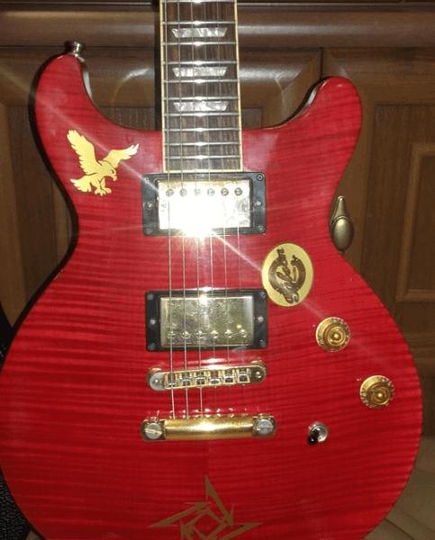 Наклейка золотистого цвета на деку гитары