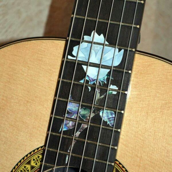 Белые розы на гитаре украсить гитару наклейками