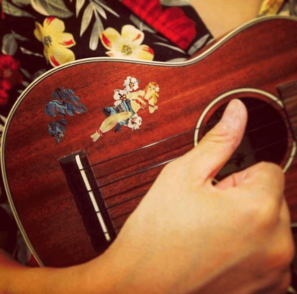 Купить наклейку на укулеле с девушкой гаваи