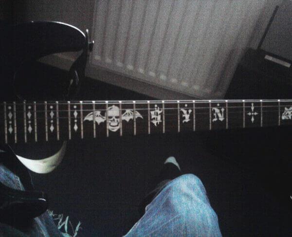 Как приклеить наклейки на гриф гитары как у Синистер Гейтс