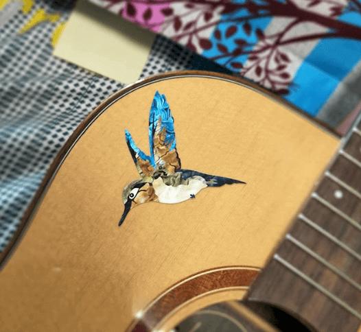 Красивая виниловая наклейка на деку гитары с птицей колибри купить