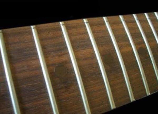 Заклеить стандартные точки на грифе гитары