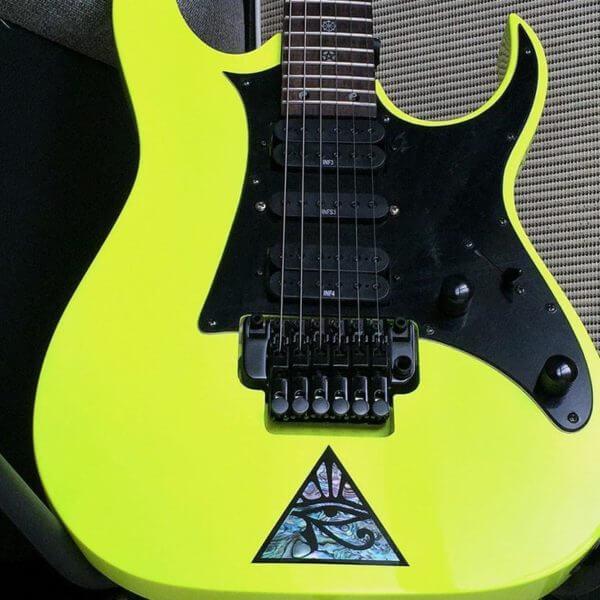 Глаз в пирамиде наклейка на гитаре