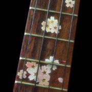 Цветы сакуры на грифе укулеле
