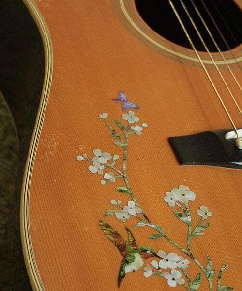 Как смотрится наклейка колибри на деке гитары