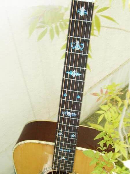 Акустическая гитара с наклейками для банджо