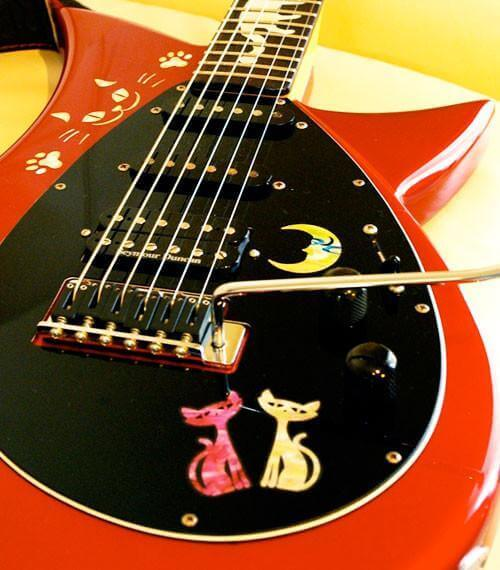Украсить гитару наклейками с изображением котят