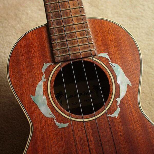 Украсить укулеле наклейками из винила