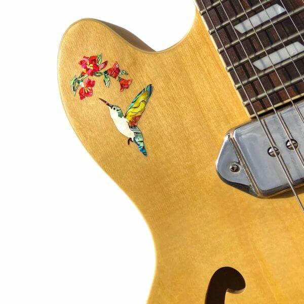 Наклейка колибри на деке гитары